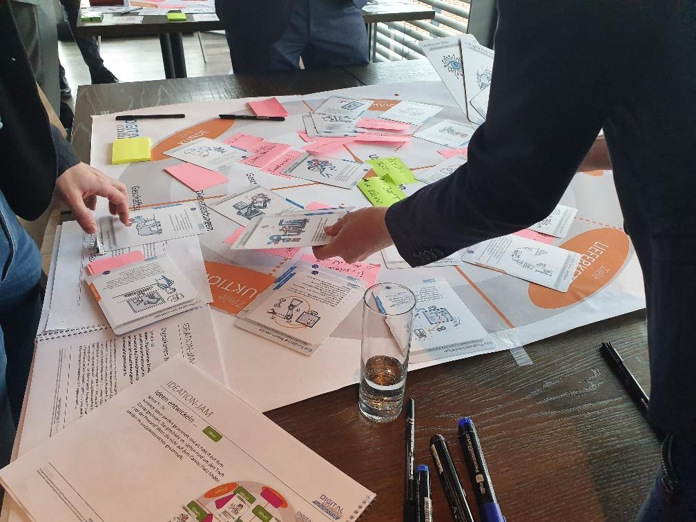 Auswahl der Digital Excellence Karten beim Praxis Impuls Digital Excellence Transformation Workshop in Linz