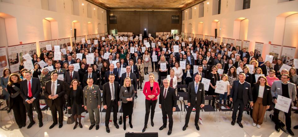 Bundesministerin Christine Aschbacher bei der Zertifikatsverleihung Audit FamilidundBeruf(C) in der Aula der Wissenschaften in Wien