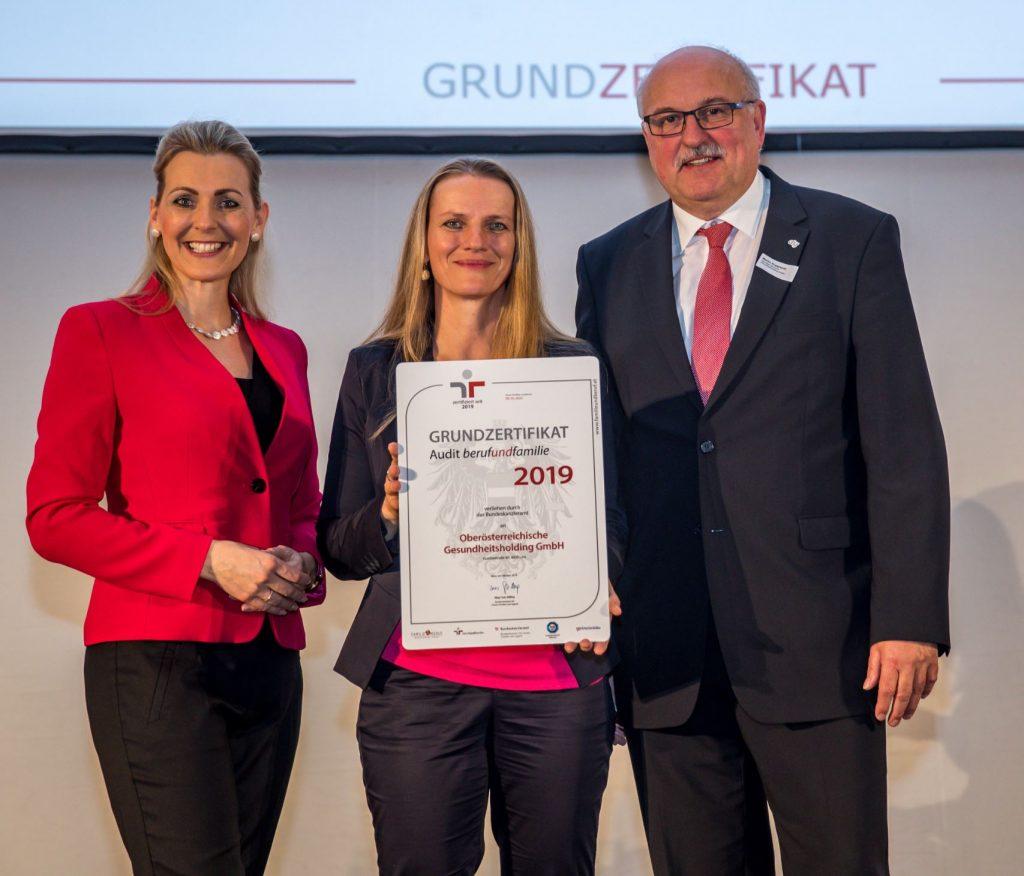 Auszeichnung durch Frau BM Aschbacher an Mag. Ursula Haider und Dr. Martin Rupprecht, OÖ Gesundheitsholding 2020