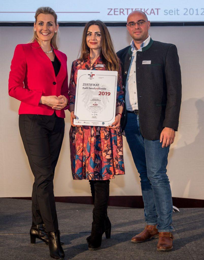 """Christine Aschbacher überreicht  M.A.N.D.U.-Franchisenehmerin Stefanie Serafinovic (M.A.N.D.U. Wien 13  und 19) und M.A.N.D.U.-Geschäftsführer Mario Heurix die Auszeichnung und das dritte Audit-Zertifikat """"berufundfamilie"""